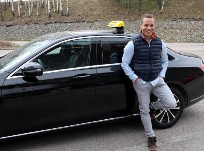 Vantaan Taksin Seppo Rauma seisomassa taksin edessä